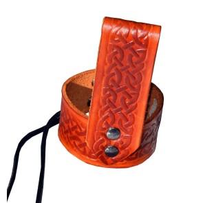 Porte-corne à boire en cuir brun rougeâtre celtique